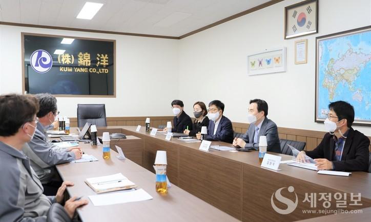 김재일 부산세관장은 14일 전기차 2차전지 생산기업 ㈜금양을 방문해 현장의 애로사항을 청취했다. [부산본부세관 제공]